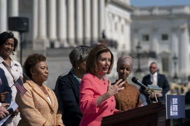 Pelosi_steps_capitol