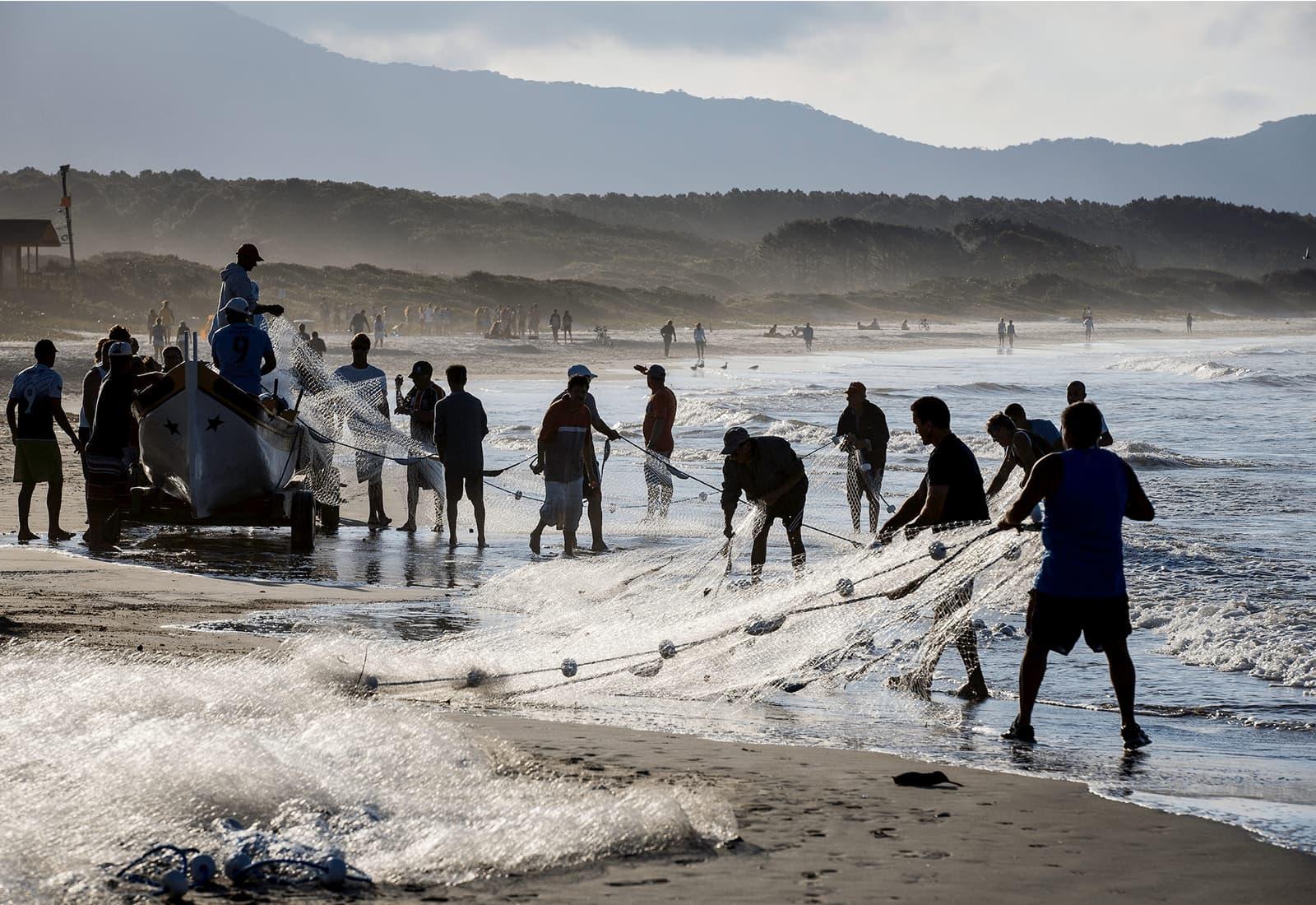 Near-shore fishermen on the coast of Barra de Lagoa, Santa Catarina, Brazil. Photo credit: Bento Viana Photography and Oceana