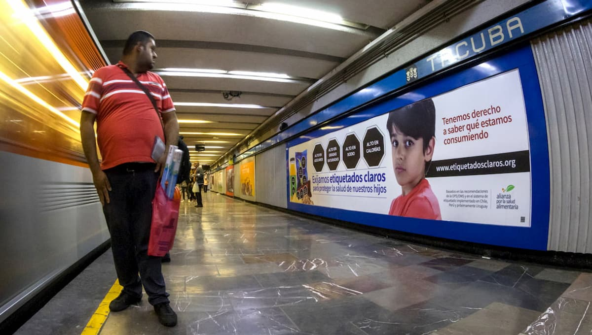 """Bloomberg Philanthropies partner, The Nutritional Health Alliance's """"Let's Demand Clear Labels"""" mass media campaign in the Mexico City subway (2019). Photo credit: Alianza por la Salud Alimentaria."""