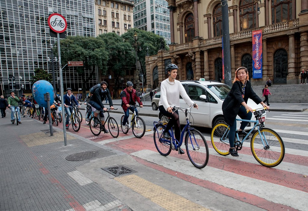 The city of São Paulo, a member of the Partnership for Healthy Cities, evaluates the effectiveness of communication campaigns encouraging the use of helmets.