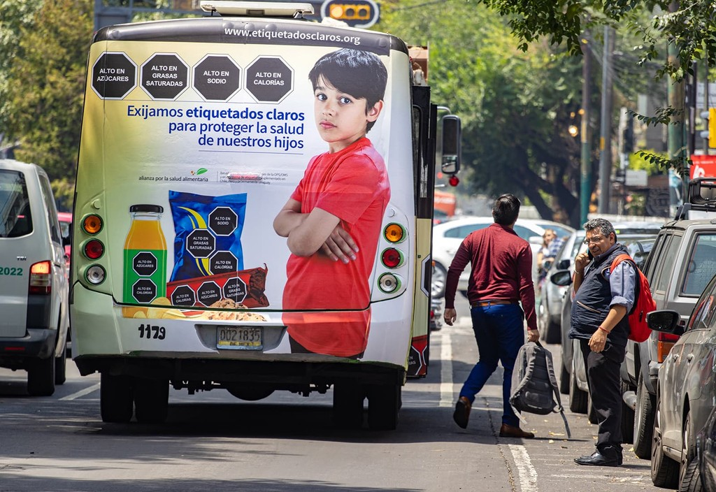 The bus displays a mass media campaign Bloomberg Philanthropies partners developed in Mexico to raise public support for front-of-package warning labels to help people make healthy choices.