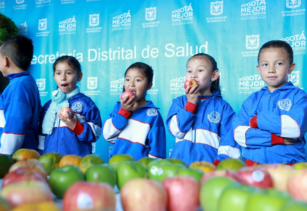 Students in Bogotá, Colombia benefit from the city's participation in the Partnership for Healthy Cities as it implements policies to encourage healthy eating.